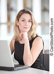 όμορφος , επιχειρηματίαs γυναίκα , laptop ηλεκτρονικός εγκέφαλος , εργαζόμενος