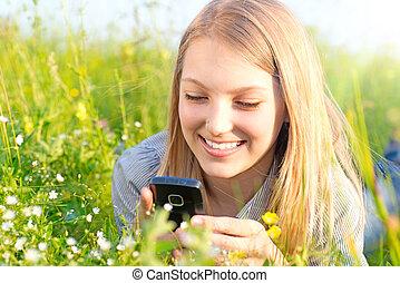 όμορφος , εφηβικής ηλικίας δεσποινάριο , με , cellphone , έξω