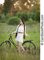 όμορφος , κορίτσι , μέσα , κρασί , αγαθός ενδύω , με , αγαπητέ μου δίκυκλο , επάνω , ο , πράσινο , καλοκαίρι , field.
