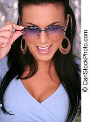 όμορφος , μελαχροινή , γυαλιά