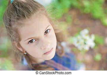 όμορφος , μικρός , σκεπτικός , ατενίζω , φωτογραφηκή μηχανή , πορτραίτο , κορίτσι