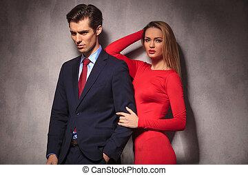 ώμοs , γυναίκα , αυτήν , boyfriend's, κλίση , αγκώναs , φόρεμα , κόκκινο