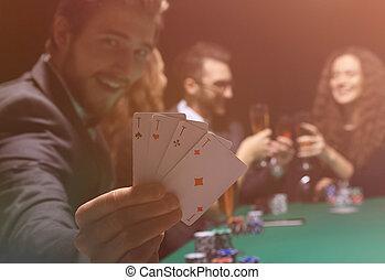 азартный игрок, человек, в, казино, сидящий, в, таблица, with, cards, and, покер, чипсы