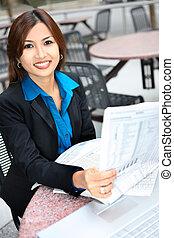 азиатский, бизнес, женщина, чтение, газета