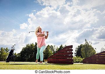 активный, старшая, женщина, playing, golf.