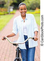 африканец, американская, женщина, гулять пешком, with, байк