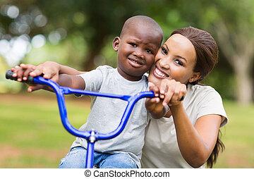 африканец, американская, женщина, помощь, сын, к, поездка, байк