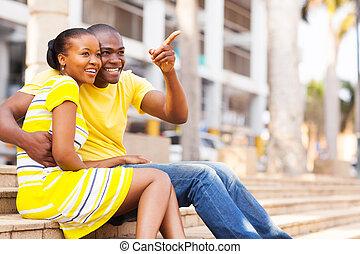 африканец, американская, пара, сидящий, на открытом воздухе, в, , город