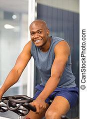 африканец, американская, человек, сидящий, на, , стационарный, велосипед