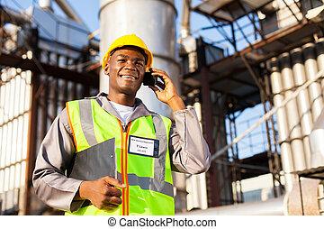 африканец, масло, химическая, работник, talking, на, клетка, телефон