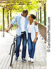 африканец, пара, гулять пешком, with, велосипед