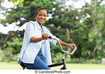 афро, американская, женщина, верховая езда, велосипед, в, лес