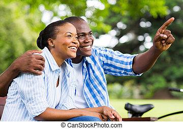 афро, американская, пара, relaxing, на открытом воздухе