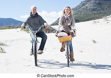 беззаботный, пара, собирается, для, байк, поездка, and, пикник, на, , пляж