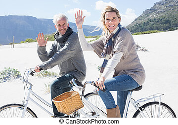 беззаботный, пара, собирается, на, байк, поездка, на, , пляж, waving, в, пришел