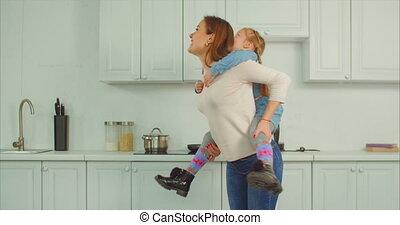 беззаботный, piggybacking, мама, кухня, в восторге, дитя