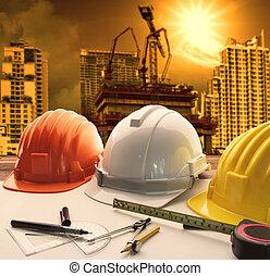 безопасность, шлем, на, архитектор, за работой, таблица, with, современное, здание, and, кран, строительство, задний план, использование, для, строительство, бизнес, and, гражданского, инжиниринг, имущество, тема