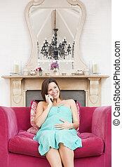 беременная, женщина, в, гостиная, talking, на, телефон, and, улыбается