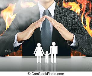 бизнесмен, and, семья, with, огонь, задний план, страхование, концепция
