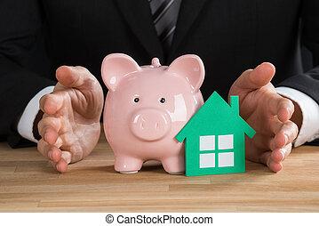 бизнесмен, protecting, зеленый, бумага, дом, and, piggybank