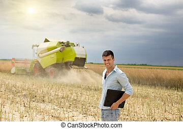 бизнесмен, with, портативный компьютер, в, поле