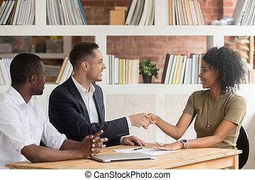 бизнес, люди, бизнес-леди, кавказец, африканец, бизнесмен, встреча, handshaking