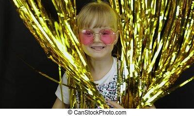 блондинка, ребенок, вокруг, бахрома, прыжки, счастливый, фольга, блестящий, немного, дитя, playing, curtain., fooling, золотой