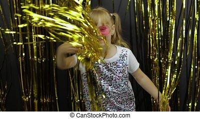 блондинка, ребенок, вокруг, бахрома, счастливый, фольга, блестящий, немного, танцы, playing, curtain., fooling, девушка, золотой