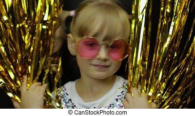 блондинка, ребенок, вокруг, портрет, бахрома, счастливый, фольга, немного, дитя, playing, curtain., fooling, золотой