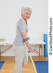 боковая сторона, посмотреть, of, , улыбается, старшая, женщина, with, crutches