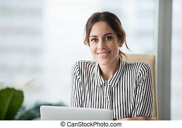 босс, ищу, уверенная в себе, камера, женский пол, портрет, улыбается