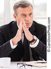 вдумчивый, his, thoughts., бизнес, сидящий, далеко, потерял, formalwear, в то время как, ищу, за работой, место, зрелый, руки, человек, держа, clasped