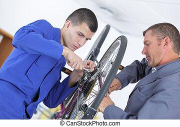 велосипед, механик, and, подмастерье, ремонт, байк, в, мастерская