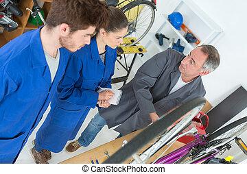велосипед, механик, and, apprentices, ремонт, байк, в, мастерская