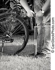 велосипед, фото, руководство, pumping, молодой, насос, черный, шины, белый, человек
