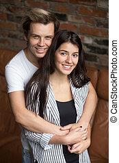 вертикальный, пара, молодой, ищу, привлекательный, портрет, улыбается