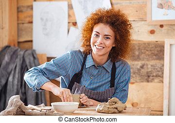 веселая, женщина, гончар, сидящий, and, за работой, в,...