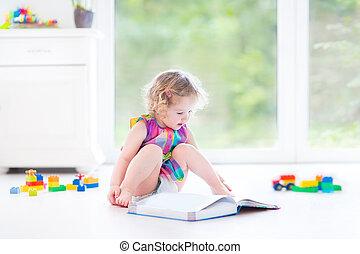 веселая, кудрявый, ребенок, начинающий ходить, девушка, чтение, , книга, сидящий, на, , пол
