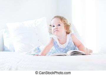 веселая, ребенок, начинающий ходить, девушка, чтение, , книга, на, , белый, постель