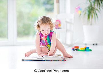 веселая, ребенок, начинающий ходить, девушка, чтение, , книга, сидящий, на, , fllor