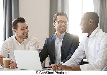 весело, в течение, сидящий, многорасовый, стол письменный, смеющийся, colleagues, встреча, having