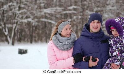 весело, лесистая местность, having, семья, снежно