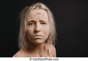 взъерошенный, женщина, covered, в, сухой, треснувший, грязи
