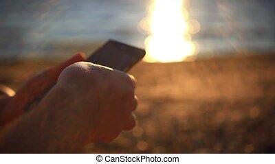 воды, руки, закат солнца, uses, мобильный, reflected, смартфон, море, задний план, man's, beach., размытый
