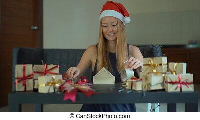 выстрел, золото, presents., бумага, slowmotion, календарь, children, лента, ее, молодой, завернутый, новый, рождество, красный, женщина, year., ремесло, настоящее время, приход, упаковка, марки, или