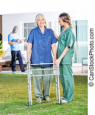 газон, женщина, рамка, использование, гулять пешком, помощь, медсестра, старшая
