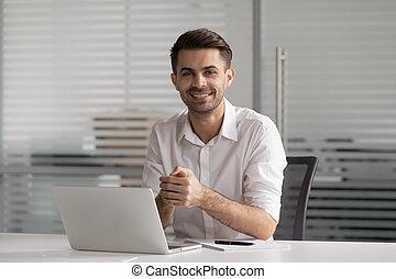 глава, портрет, сидящий, счастливый, выстрел, бизнесмен, стол письменный, улыбается, офис