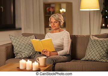 главная, женщина, старшая, вечер, чтение, счастливый, книга