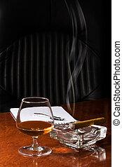 глоток спиртного, стакан, of, коньяк, and, сигара