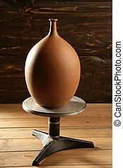 гончар, колесо, with, керамика, глина, ваза, законченный